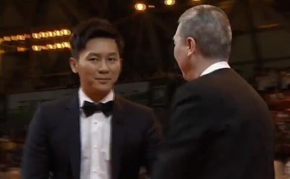 好尴尬文章起身要握手冯小刚却向李晨握了手